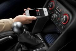 Chrysler presenta el primer cargador inalámbrico de móviles