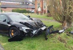 Estrella su McLaren 650S contra un árbol 10 minutos después de comparlo