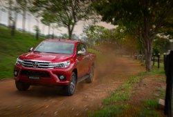 Argentina - Abril 2016: El Toyota Hilux alza el vuelo