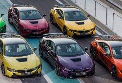 Un arcoíris formado por seis BMW i8 centra la atención en Yas Marina