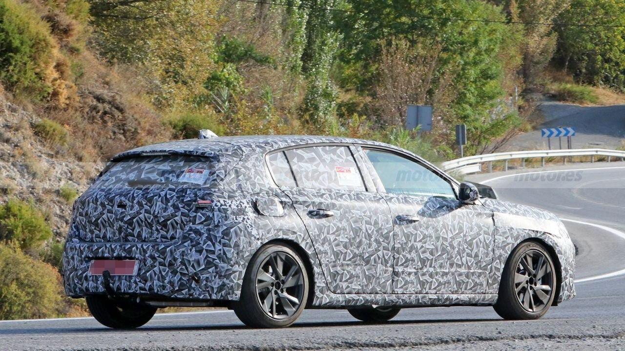Peugeot 308 2021 - foto espía posterior