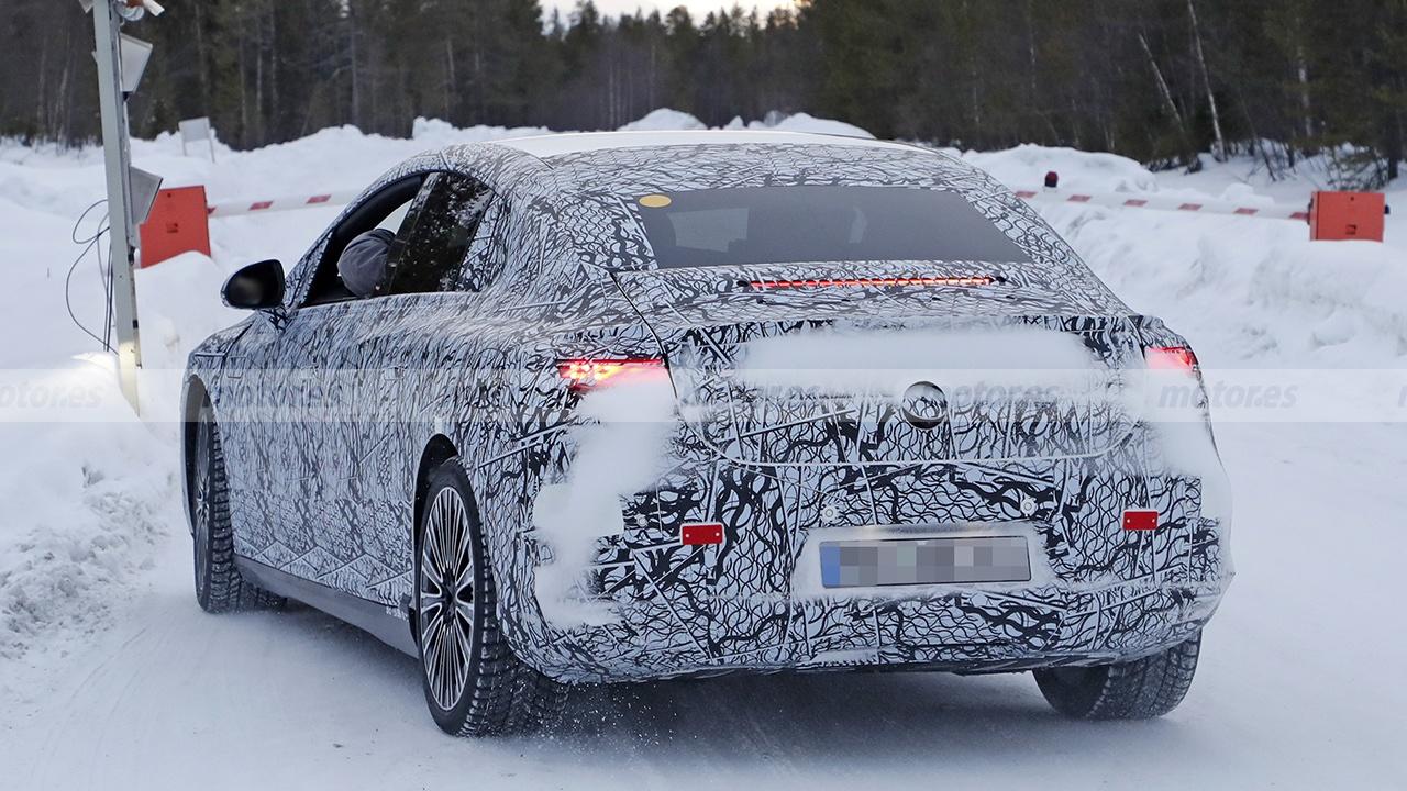 Mercedes EQE 2022 - foto espía posterior