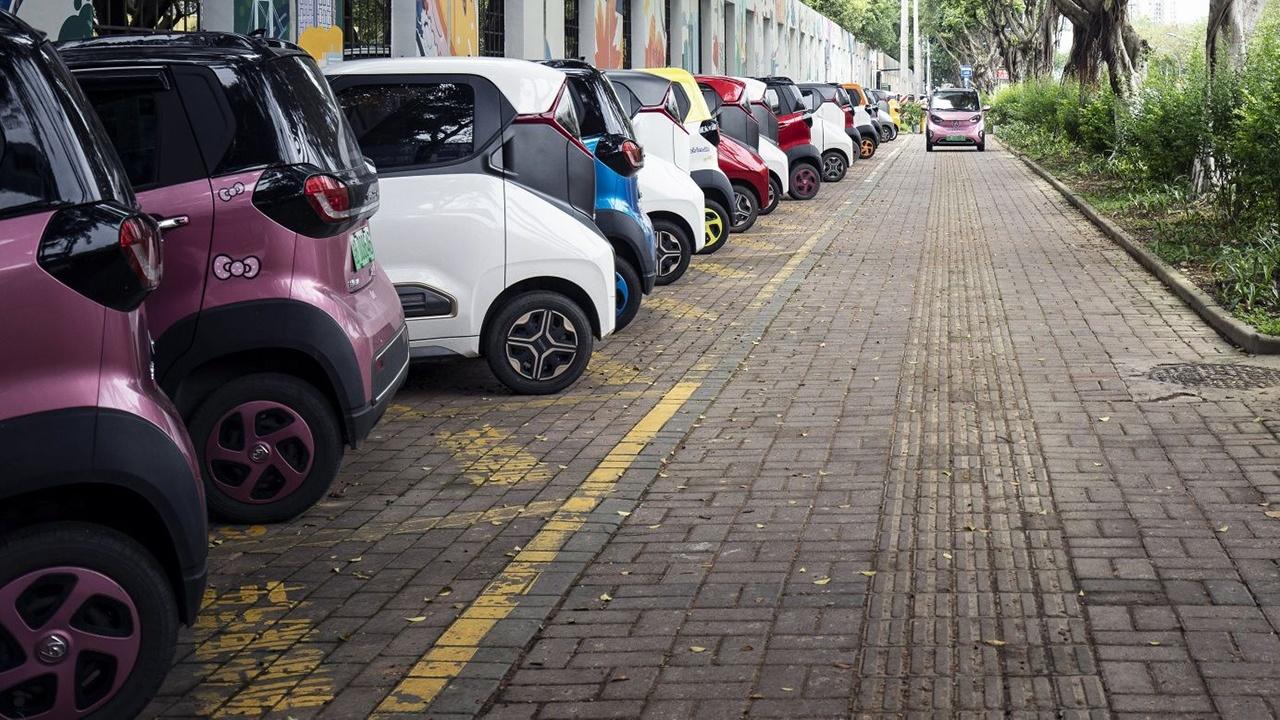 Coches eléctricos estacionados en la ciudad china de Liuzhou