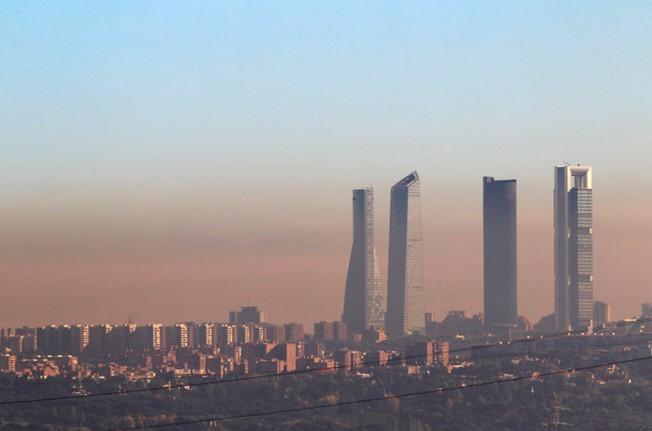 Esmog fotoquímico cubriendo Madrid. El color anaranjado se debe a la presencia de óxidos de nitrógeno. Fuente: Motor.es