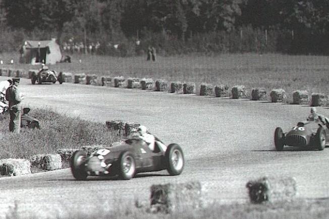 Alberto Ascari presionando a Nino Farina durante el Gran Premio de Italia.
