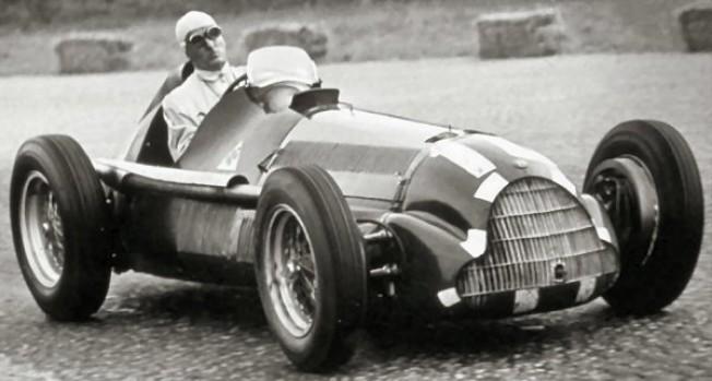El Alfa Romeo 158 de Nino Farina, durante la disputa del Gran Premio de Italia