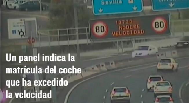 Panel de la DGT en Sevilla muestra las matrículas de los infractores