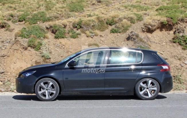 Peugeot 308 2017 - foto espía lateral