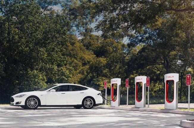 Tesla Model S usando un Supercargador