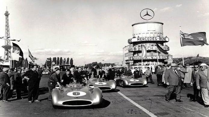 Los Mercedes W196 de Kling y Fangio en la salida en AVUS