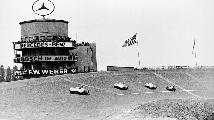 Los Mercedes delante del Gordini de Jean Behra en el GP de Berlín de 1954