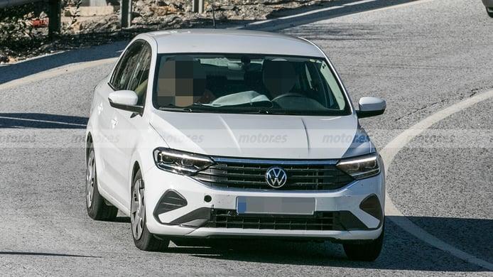 Volkswagen Polo Sedán 2023 - foto espía frontal