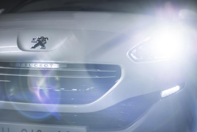 Peugeot RCZ 2013: Un toque burgués para el coupé galo