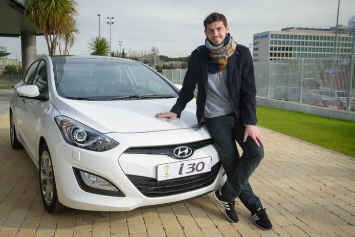 Hyundai entrega un i30 a Iker Casillas