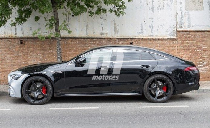 Mercedes-AMG GT 63 S Coupé 4MATIC+ - foto espía lateral