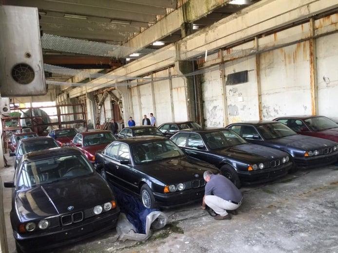 Descubiertos 11 BMW Serie 5 E34 a estrenar abandonados en un almacén