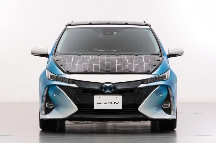 Toyota estudia la carga del Prius PHV mediante paneles solares
