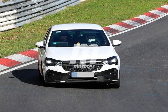 El actualizado Opel Insignia GSi deja nuevos detalles a la vista a su paso por Nürburgring