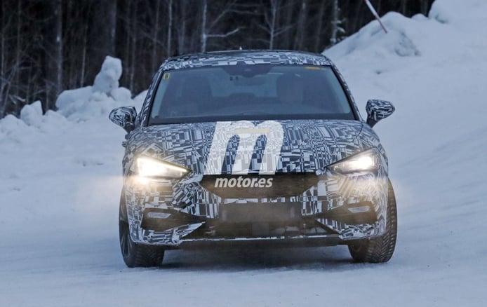 El nuevo SEAT León Híbrido posa en fotos espía durante las pruebas de invierno