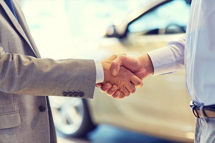 Cómo transferir un vehículo, cambiar de titular al comprar o vender