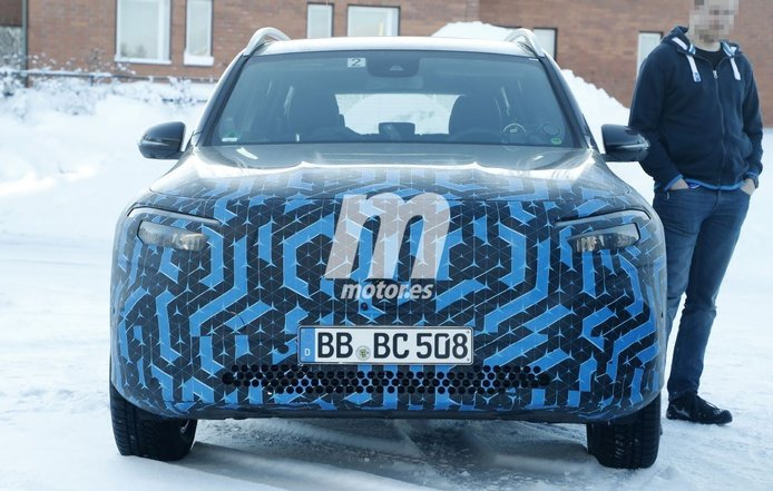 El nuevo Mercedes EQB 2021 cambia de camuflaje en unas nuevas fotos espía
