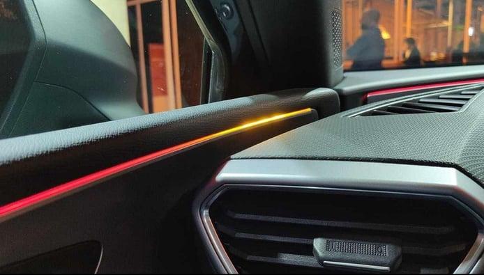 La iluminación ambiental del nuevo SEAT León avisará del detector de ángulo muerto