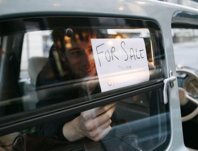 Un cartel de 'se vende' en el coche ¿es ilegal? ¿me pueden multar?