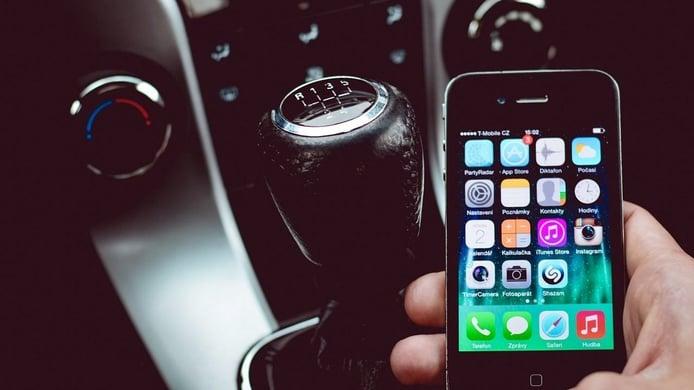 ¿Me pueden multar por usar el móvil en un semáforo?