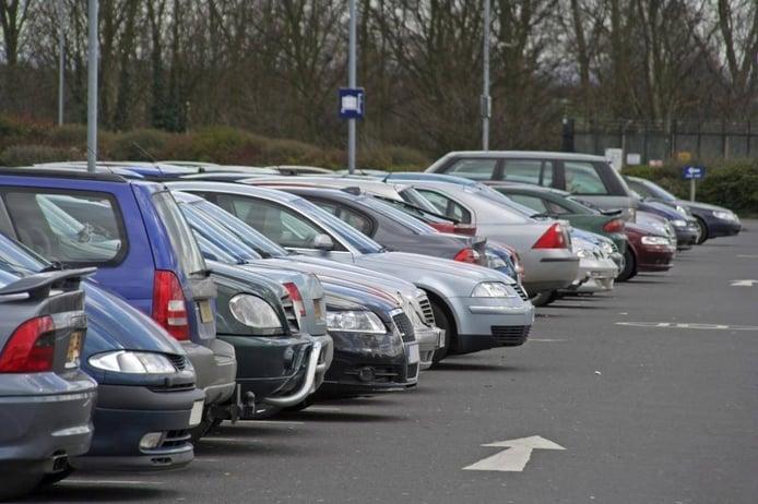 ¿Te pueden multar por tener el coche aparcado sin ITV?