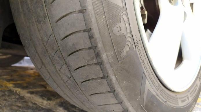 ¿Cuál es la multa por llevar los neumáticos gastados?
