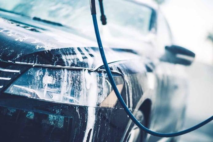 ¿Cuánto es la multa por lavar el coche en la calle?
