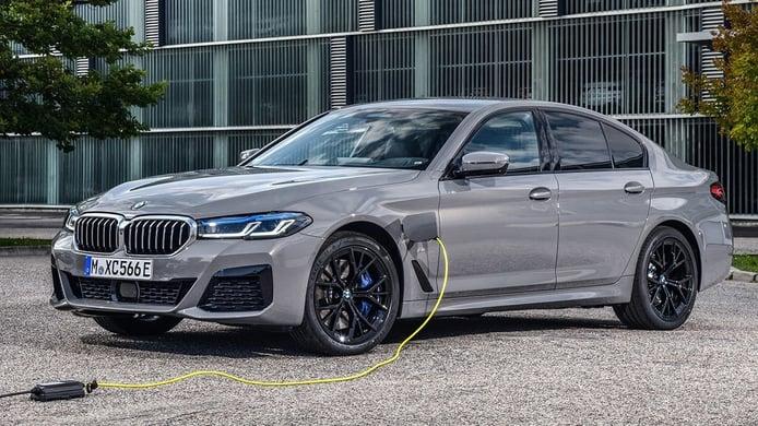 BMW 545e xDrive, una berlina híbrida enchufable que ofrece un gran rendimiento