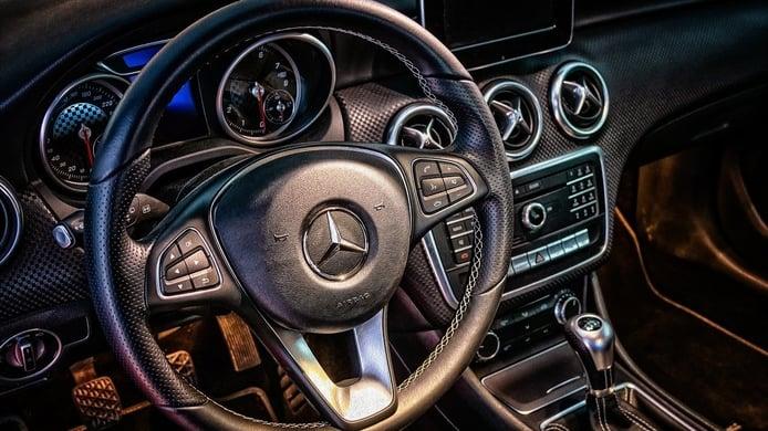 Cómo funcionan el volante y la dirección de un coche