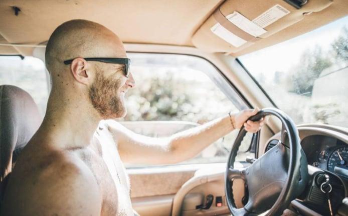Conducir en bañador: ¿hay multa por ello?