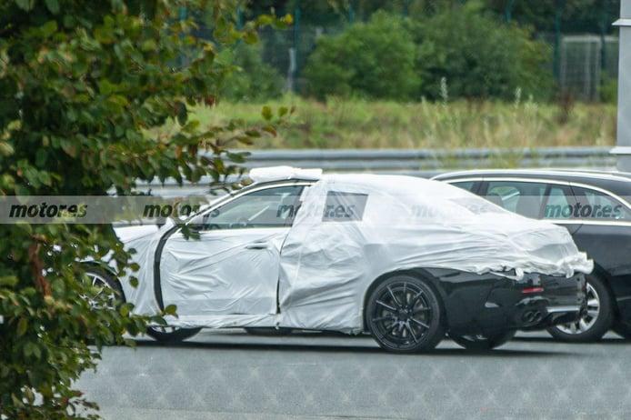 Cazan la nueva generación del Mercedes-AMG C 43 4MATIC 2021 medio desnuda