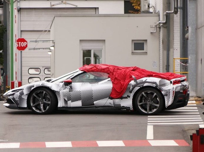 El Ferrari SF90 Spider cazado por primera vez con menos camuflaje