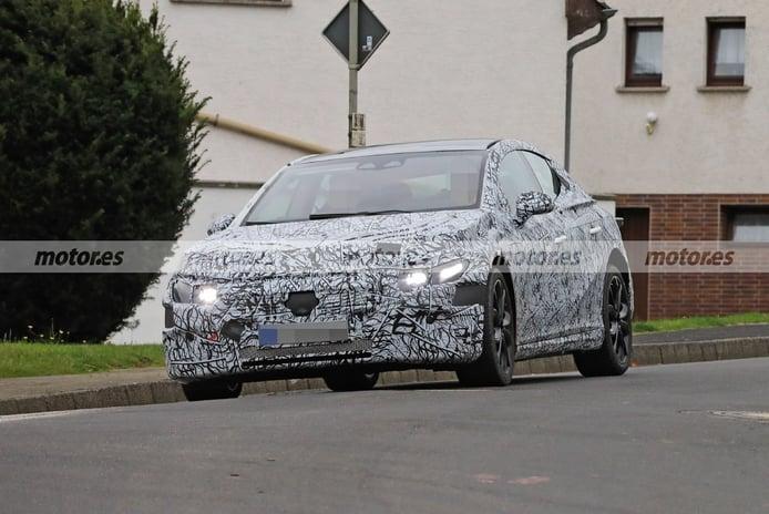 Nuevas fotos espía del Mercedes EQE 2022, el quinto eléctrico sigue en pruebas