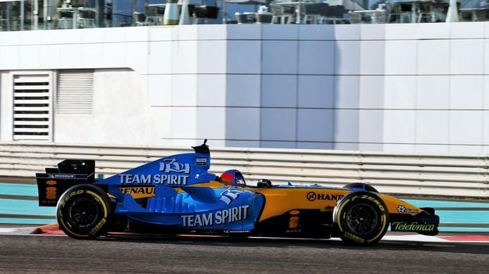 Alonso se despide del «increíble» Renault R25: «No puedo pilotar este coche despacio»