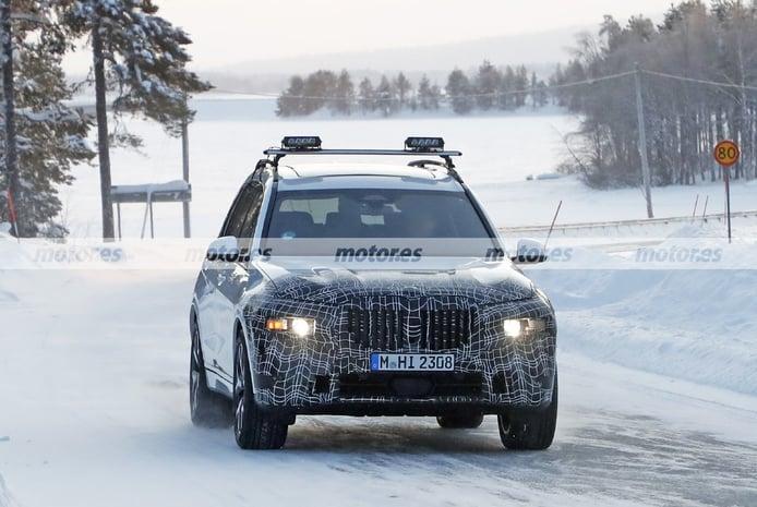 La mula del BMW X8 2022, un X7 modificado, cazado en las fotos espía de invierno