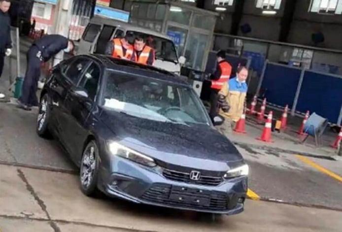El futuro Honda Civic Sedán 2022 cazado totalmente desnudo en la calle
