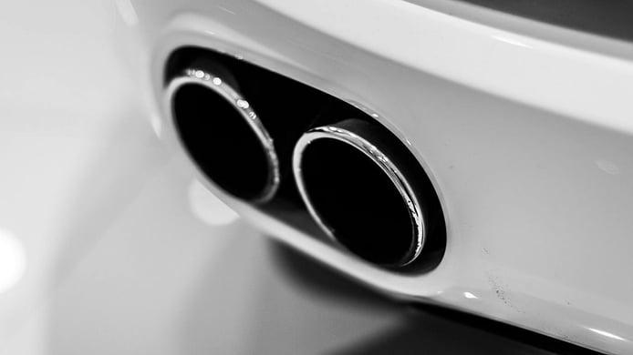 Mi coche expulsa humo blanco por el escape, ¿a qué se debe?