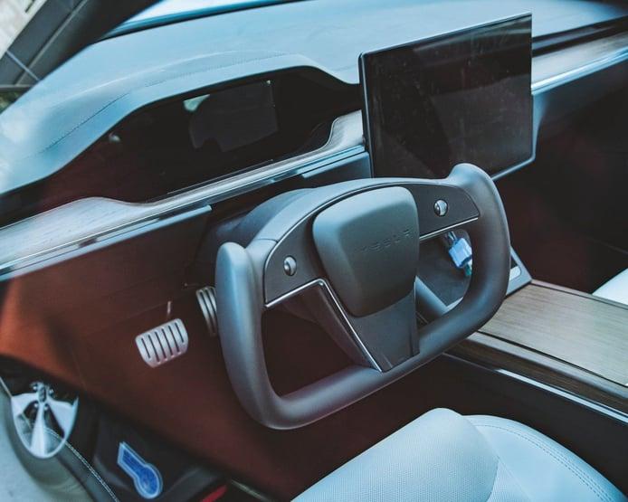 Primer ejemplar avistado del Tesla Model S con el polémico volante rectangular