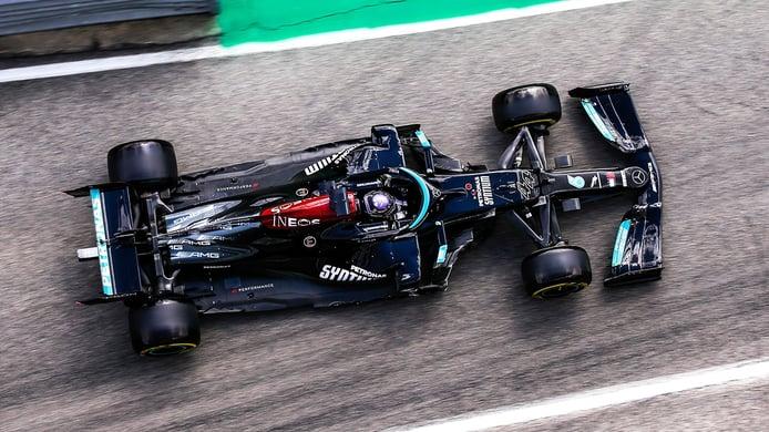 Hamilton, pole por un suspiro sobre un renacido Sergio Pérez