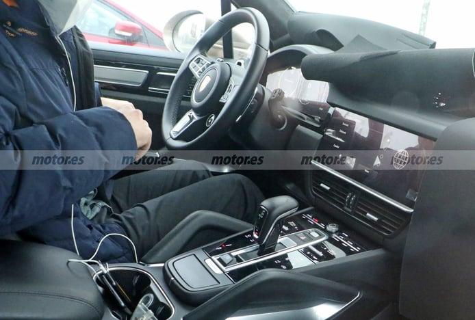 Primeras imágenes del interior del Porsche Cayenne facelift que está en desarrollo
