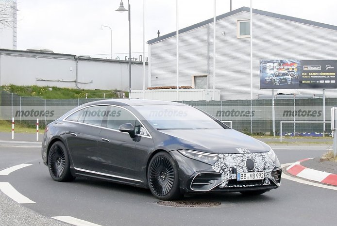 El nuevo Mercedes-AMG EQS 2022, avistado en fotos espía en Nürburgring