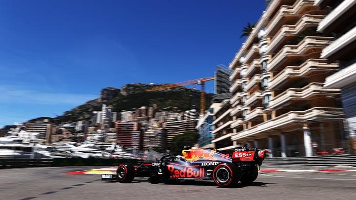 Pérez arranca al frente con un esperanzador 2º de Sainz y un susto de Alonso