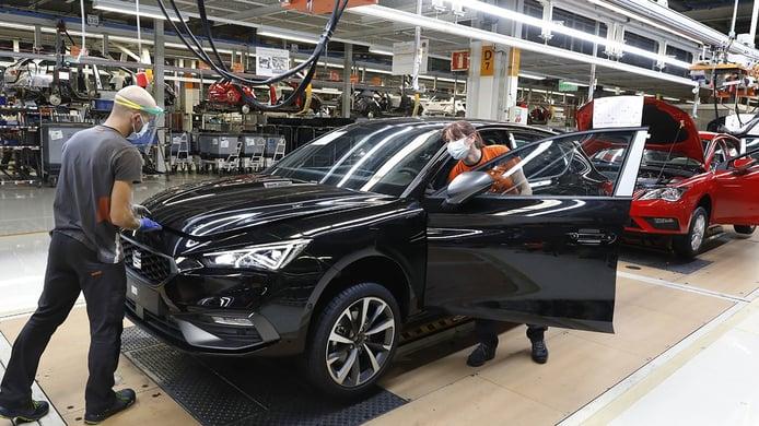 La producción de vehículos en España en abril de 2021 sufre la escasez de microchips