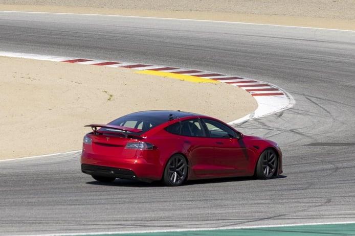 El Tesla Model S Plaid revela su enorme alerón trasero activo en Laguna Seca