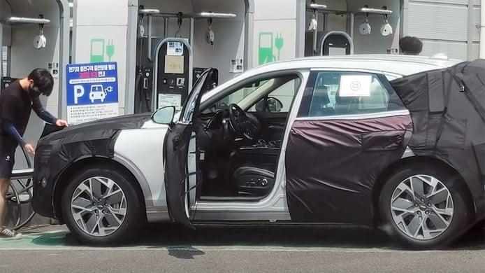El Genesis Electrified GV70, un nuevo SUV eléctrico de lujo, cazado cargando su batería