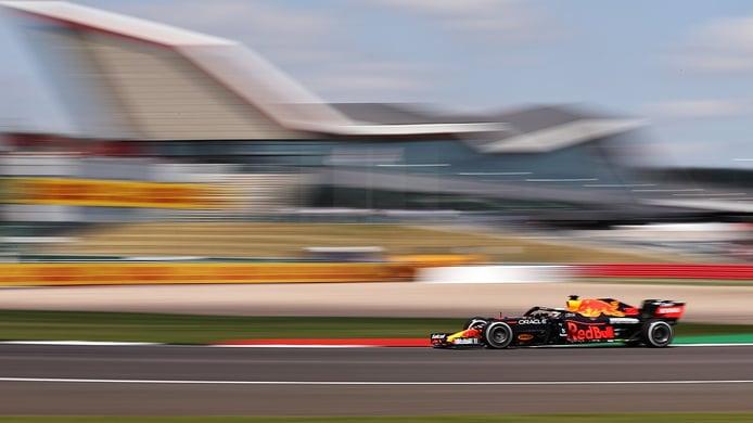 Verstappen domina en los únicos libres del viernes en Silverstone